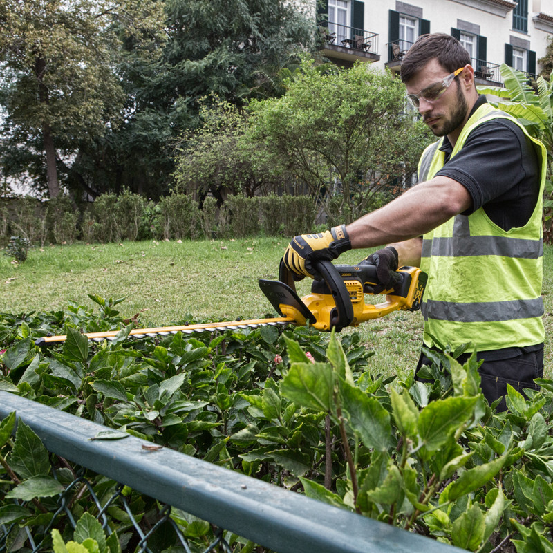 DeWalt DCM563PB-XJ 18V 55cm Cordless Hedge Trimmer